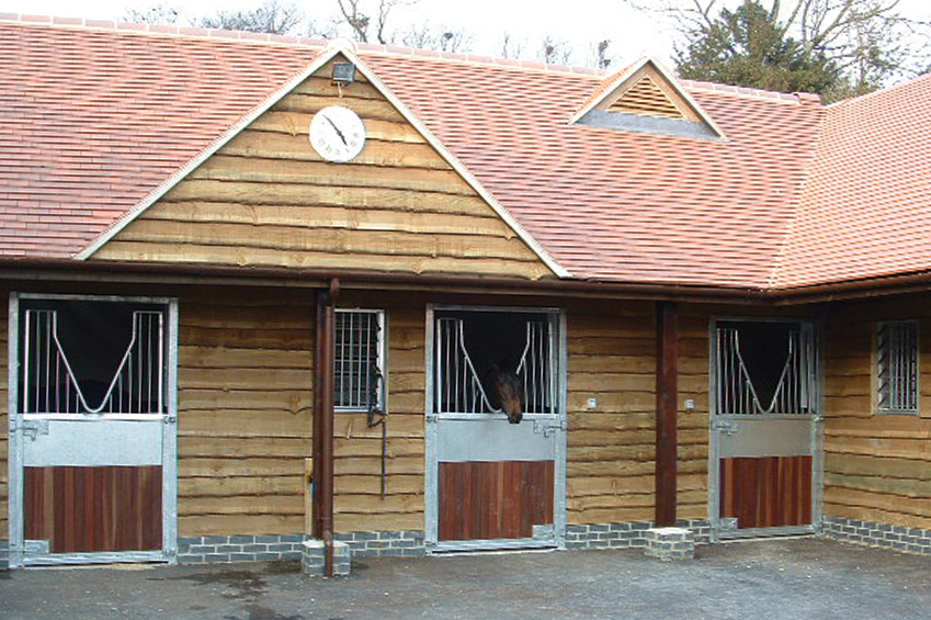 bowlby_equine-equestrian-construction-oxfordshire_slider_barn_stables